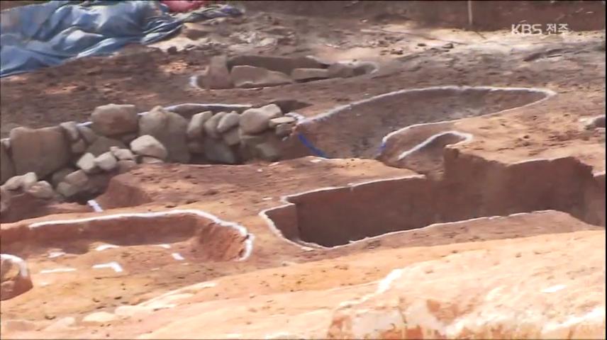 가야 중상류층 무덤 무더기 발굴…곳곳 도굴